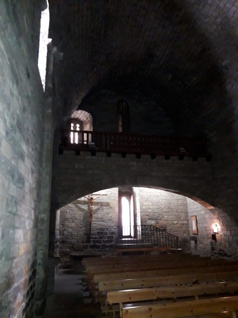 interior-iglesia-ainsa